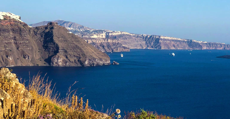 Hike between Oia and Thera